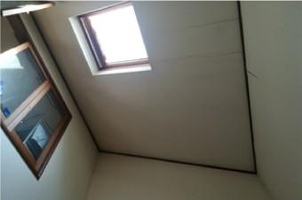 室内から見た天窓周辺の雨漏りの状況