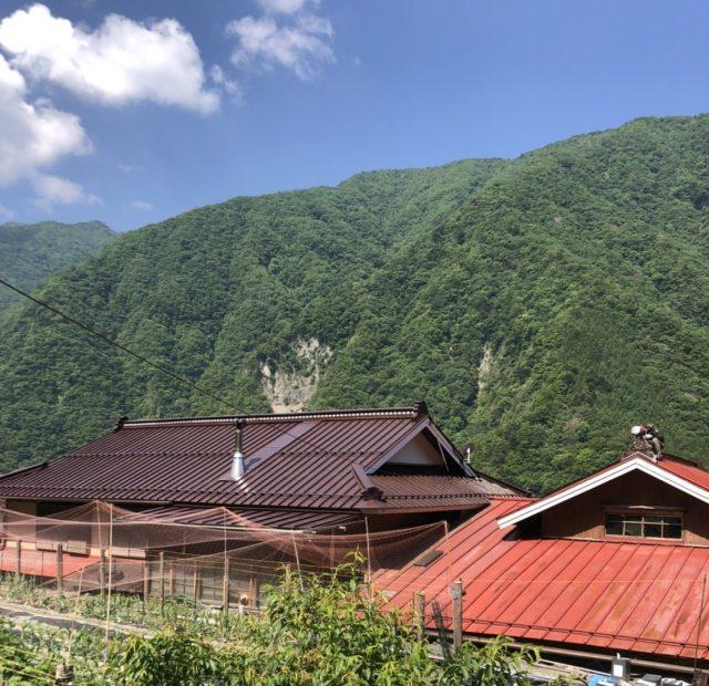 飯田市南信濃にて【遮熱塗料】を使って屋根の塗装を行います。中塗り~完成まで
