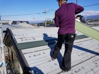 ガルバニウム鋼板を上げています