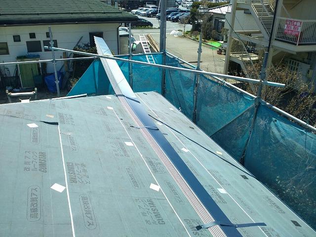 ガルバリウム鋼板を軒先から張っていきます
