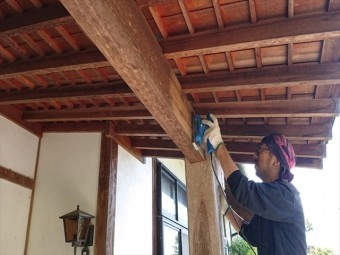 長野県飯島町腰壁玄関木部塗装ケレン6