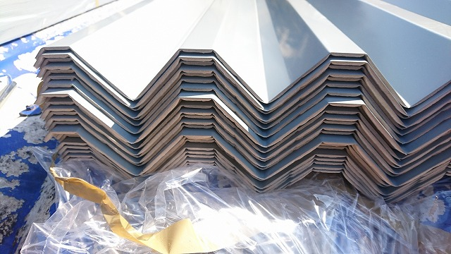 ガルバニウム鋼板をクレーンで荷揚げしています
