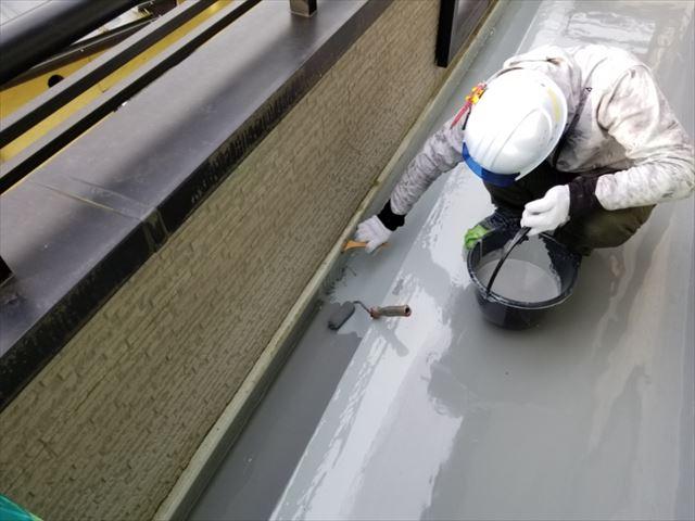 トップコートを塗っています