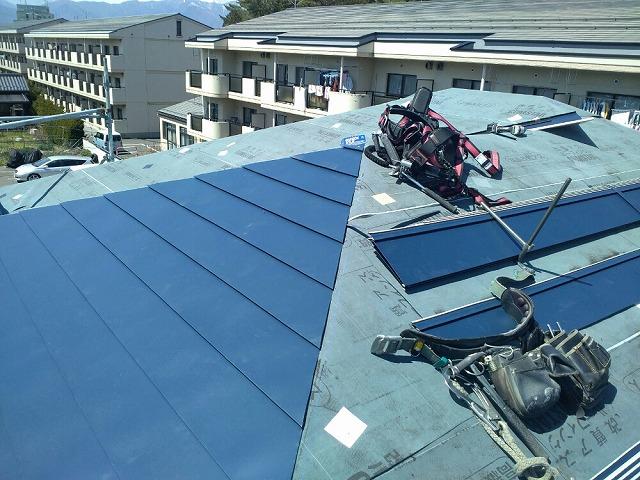 ガルバリウム鋼板を軒先から張っていきます 谷板金もはります