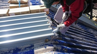 波型スレートにガルバニウム鋼板を載せていきます