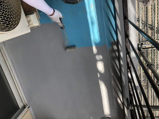 ウレタン防水トップコートの塗装開始です①