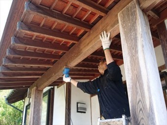 長野県飯島町腰壁玄関木部塗装ケレン8