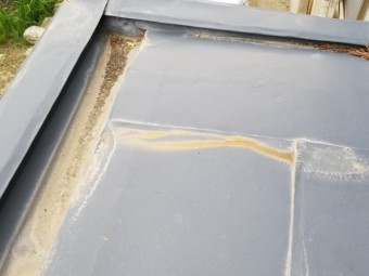 トタン屋根塗装前です 玄関ポーチ上