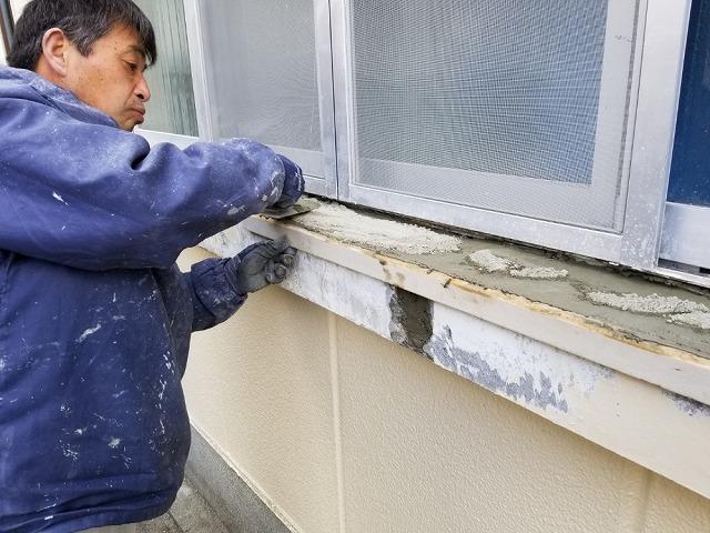 セメントを塗っていきます 小手を使います