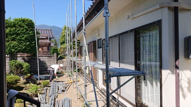 長野県駒ヶ根市モルタル外壁塗装足場作業6