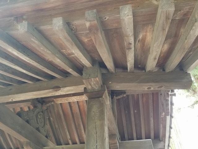 円福寺山門です 桁が折れてます