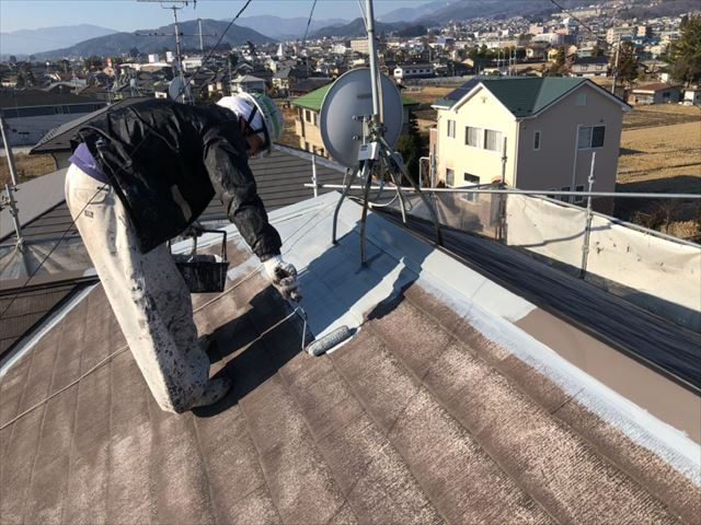 コロニアル屋根下塗り開始です
