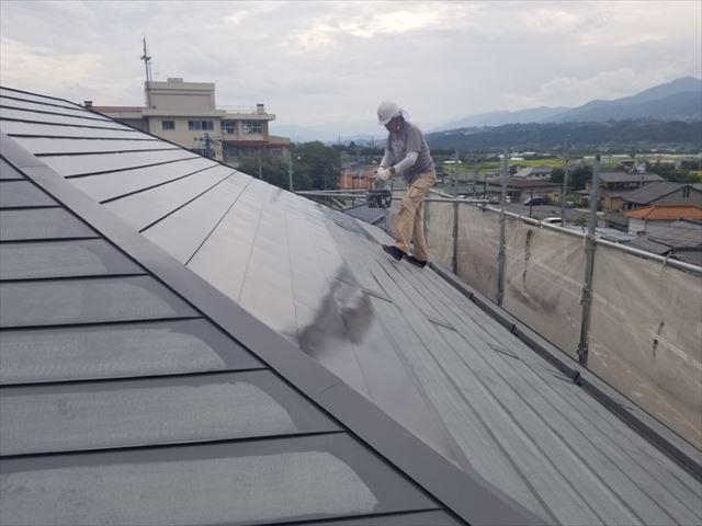 トタン屋根下塗り開始しました。