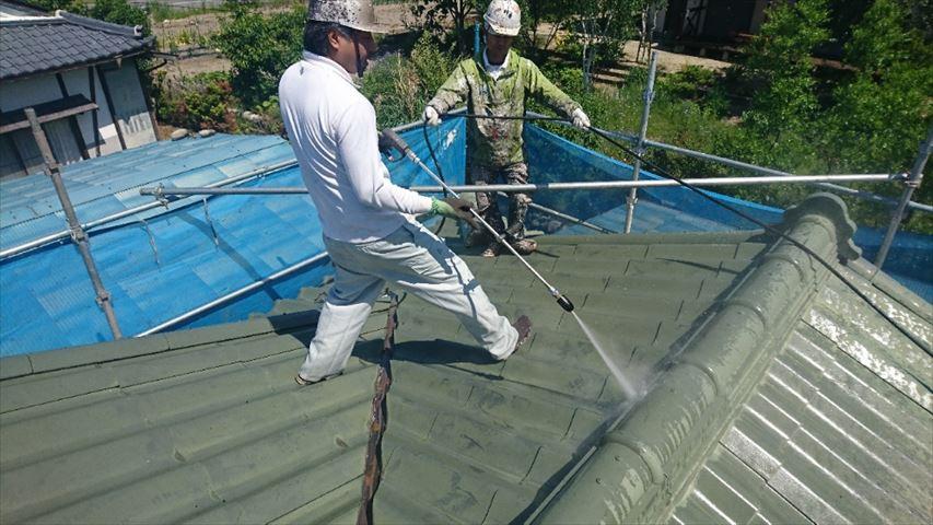 スレート瓦の塗装前高圧洗浄です