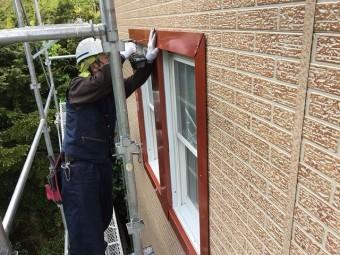 窓回りをステンレスの板金を取り付けします①