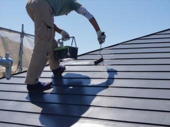 トタン屋根上塗り開始しました ローラー使用中