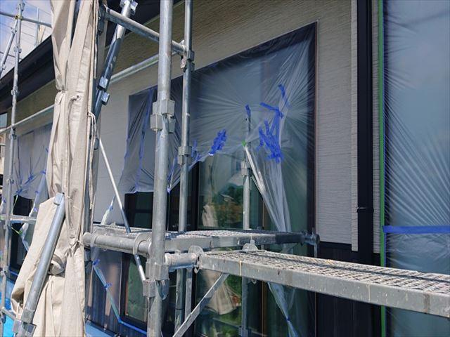 長野県駒ヶ根市外壁屋根塗装窓枠養生作業5