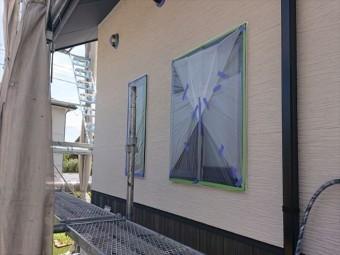 長野県駒ヶ根市外壁屋根塗装窓枠養生作業9