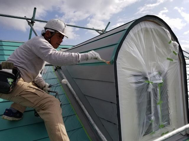 鳩小屋の上塗り塗装をします