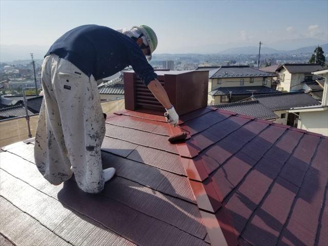 コロニアルのパナホームの煙突下塗装上塗り作業してます