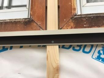 タイペックを張っていきます 窓回りに枠板金を設置します
