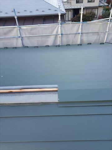 ガルバニウム鋼板を張っていきます。