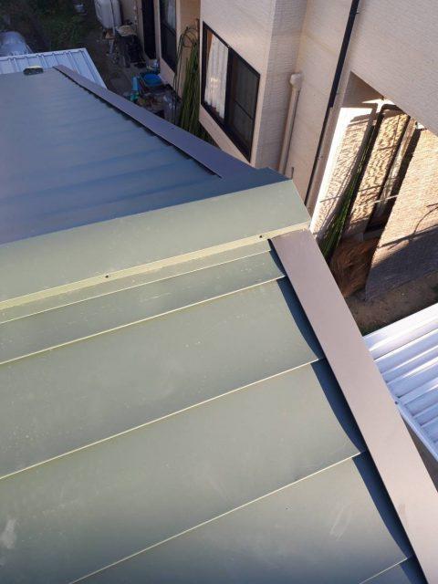 ガルバニウム鋼板棟を張っていきます