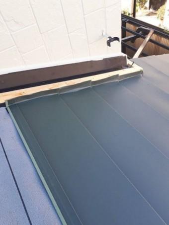 ガルバニウム鋼板を張っていきます