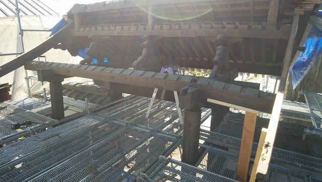 山門屋根の解体工事です