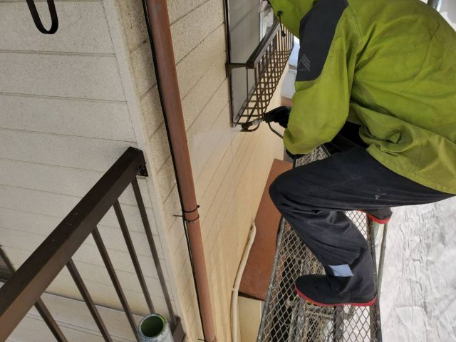 飯田市上郷黒田で借家の全面改修を行います。外壁の下地補修・養生の様子です。