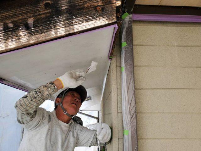 飯田市上郷黒田で借家の全面改修を行います。軒天・鼻隠しの塗装です。
