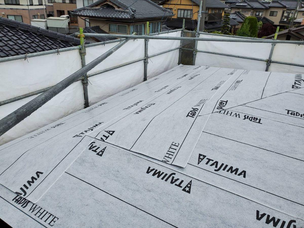 飯田市上郷黒田で借家の全面改修を行います。ルーフィングから屋根完成までの工程です。