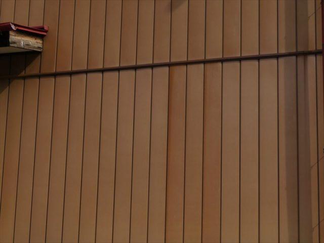 塗装前の鉄板サイディングのお宅です