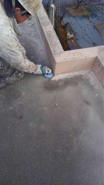 防水施工開始です 下地処理しています