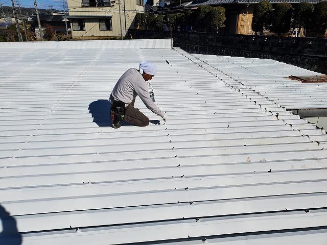 折半屋根の錆びているフックを錆止め塗料を塗っていきます