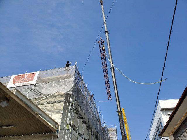 飯田市育良町にて、日本通運様倉庫の屋根カバー工事を行います。―取付作業①