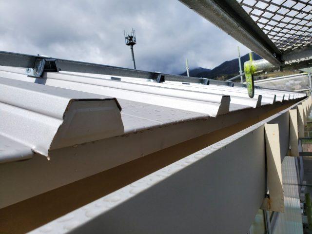 飯田市育良町にて、日本通運様倉庫の屋根カバー工事を行います。―取付作業②完成