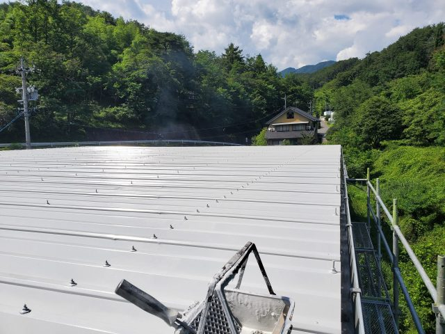 折板屋根_上塗り1
