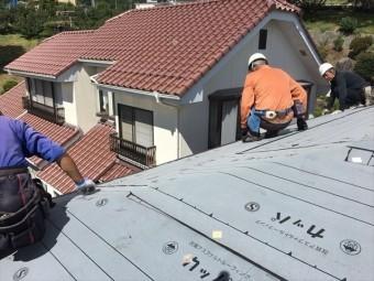 屋根のカバールーフ ガルバニウム鋼板を置いてます