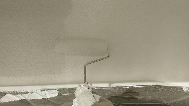 外壁塗装中塗りです