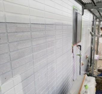 外壁の下塗りしています。