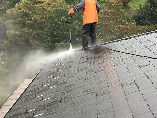屋根を洗浄してる