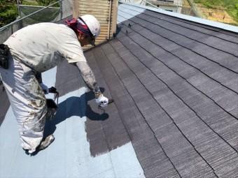 コロニアル屋根の中塗りしてます
