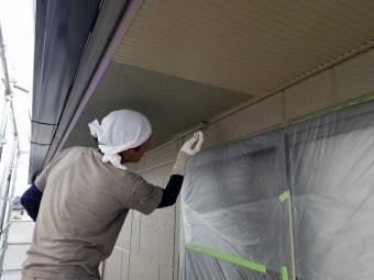 軒天の塗装開始です