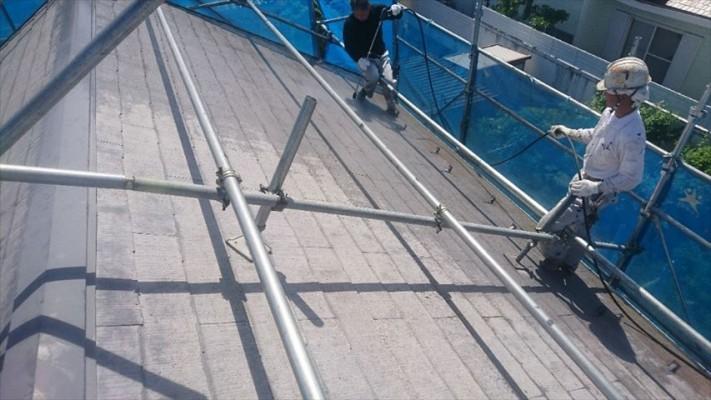 スレート屋根(コロニアル)の塗装前の洗浄です