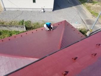 コロニアルの1階部分塗装上塗り作業してます。
