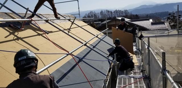 伊那市にて 屋根葺き替え工事~ビルボードとルーフィング敷き~