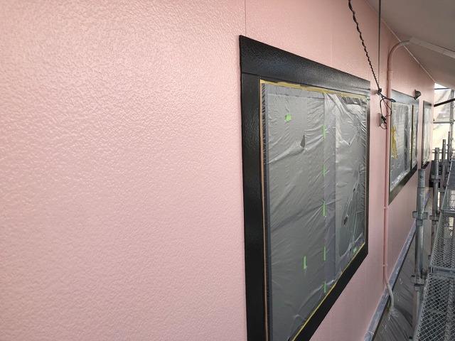 外壁塗装上塗りしています