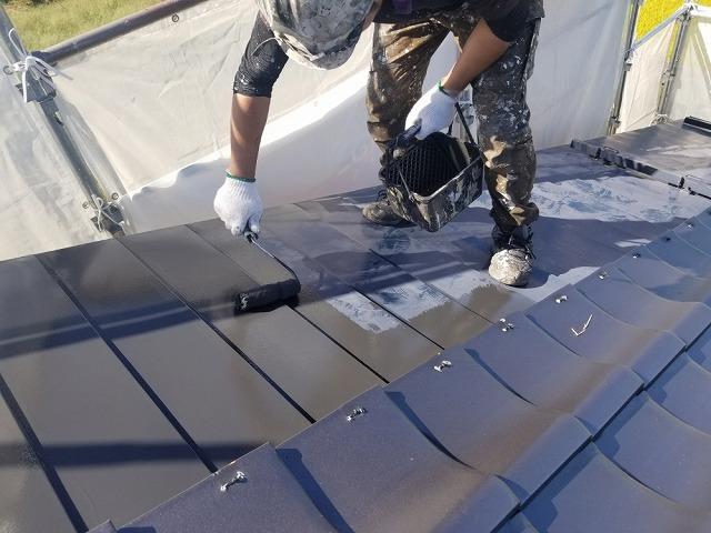 トタン屋根します シャネツトップワン使用です ローラーで塗ります