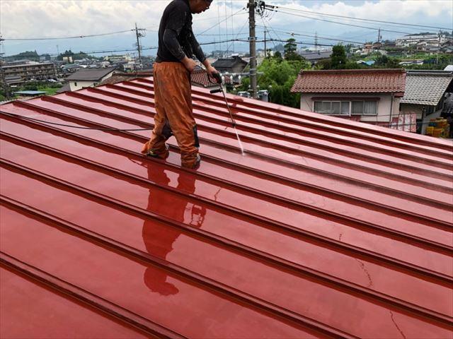 トタン屋根三晃葺きの洗浄です